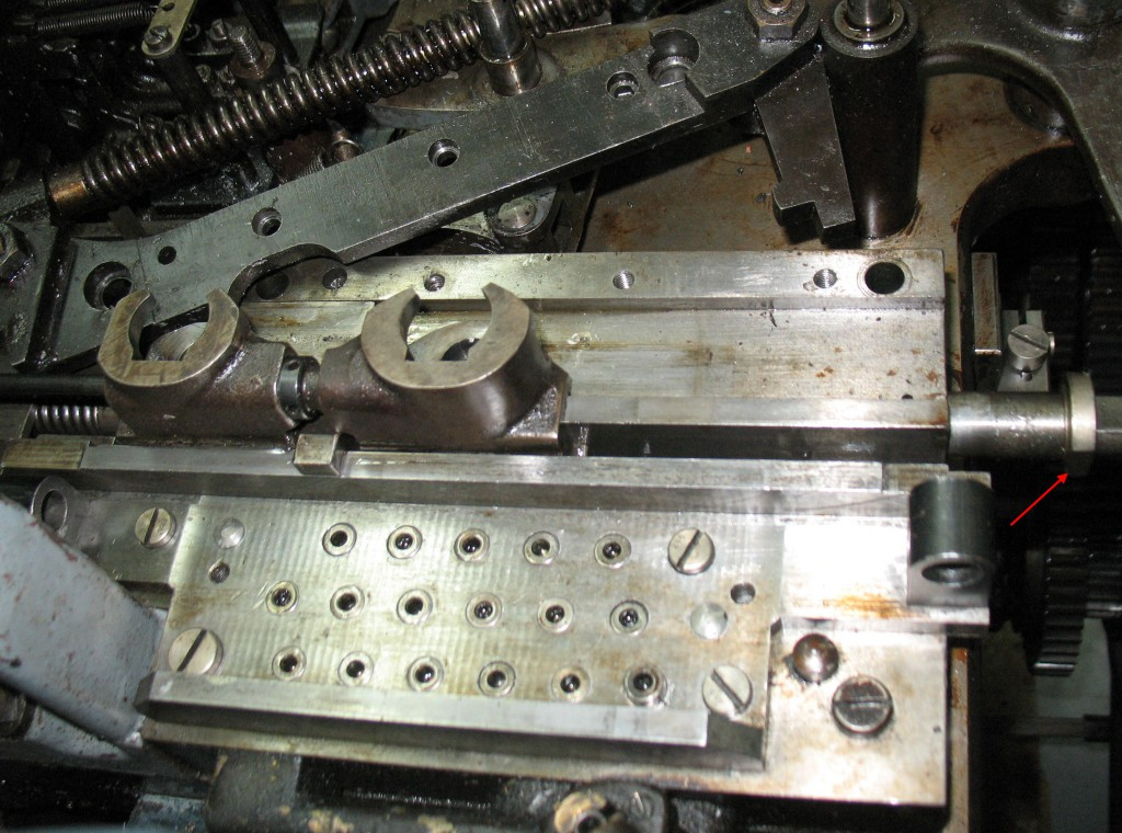The cover is now all screwed and dowelled in place, and the matrix jaws and rack have been slid into their track. Note the position of the flat side on the washer (red arrow) on the mould blade rod allowing the insertion of these parts.