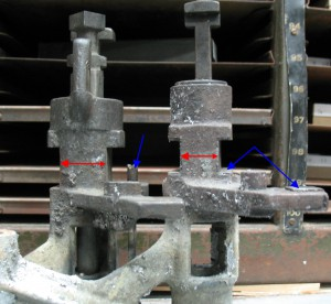 English standard pump on the right, American lead-and-rule pump on the left. Note difference in size (red arrows) as well as adjusting screw and steel wear surfaces (blue arrows).